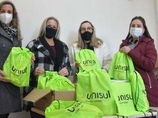 Associação Empresarial de Içara entrega kits escolares em parceria